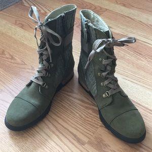 Sorel Major Carly NWOT Green, tie & zip boots-Sz 8